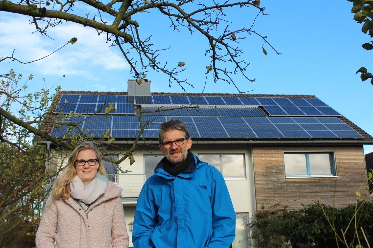Laureen Falke traf Gerd Bicker vor seinem Haus, auf dem die PV-Anlage unter anderem den Strom für sein E-Auto produziert.